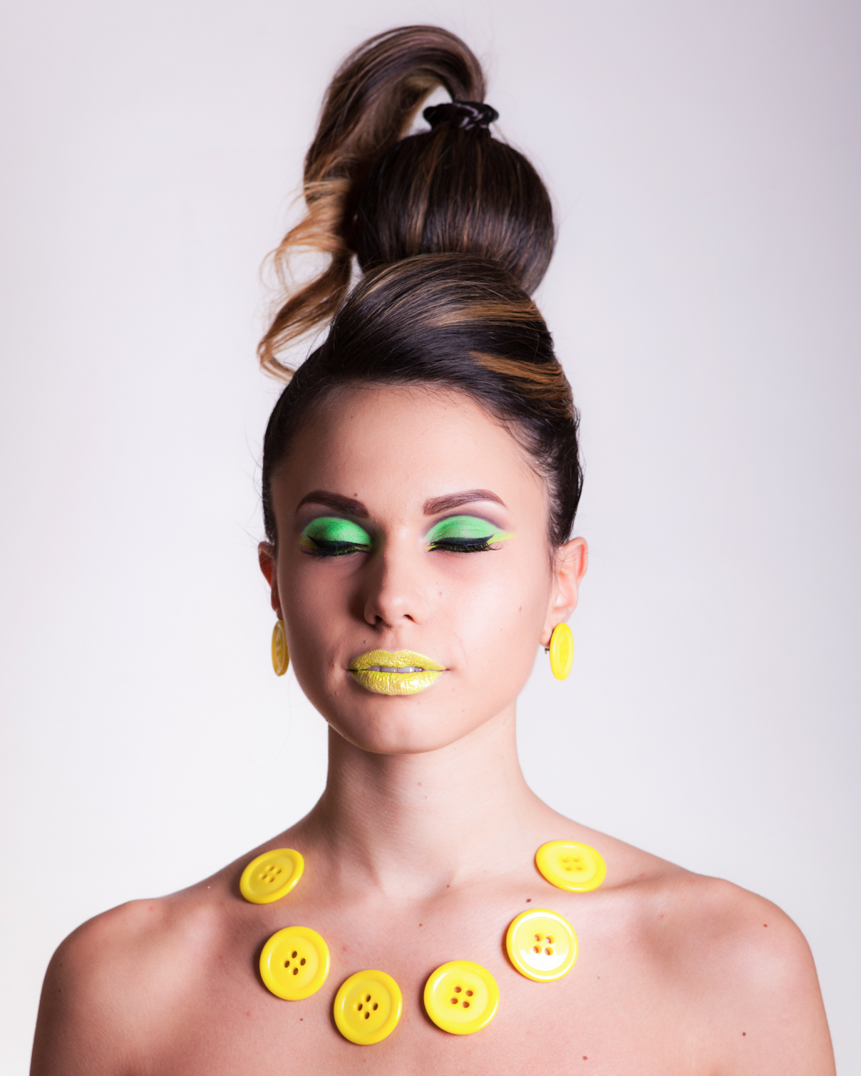 Blond girl, sixties makeup and hairstyle, yellow jewelry bottons